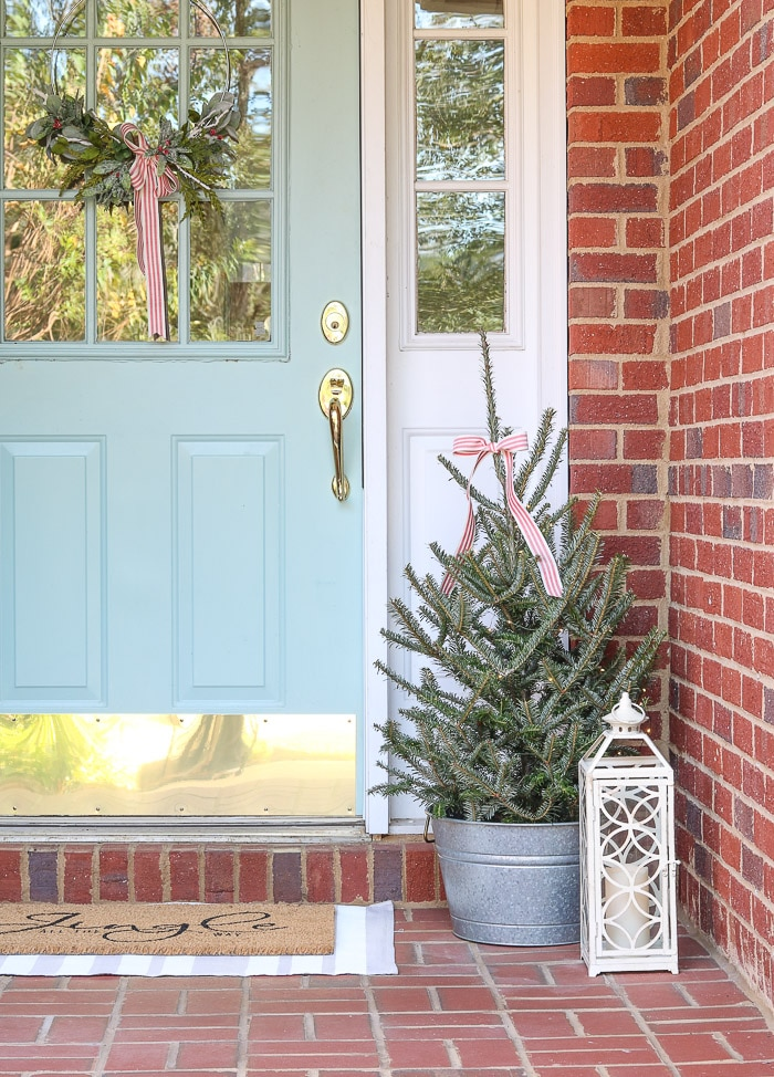 Christmas decorating ideas for front porches using simple farmhouse style items