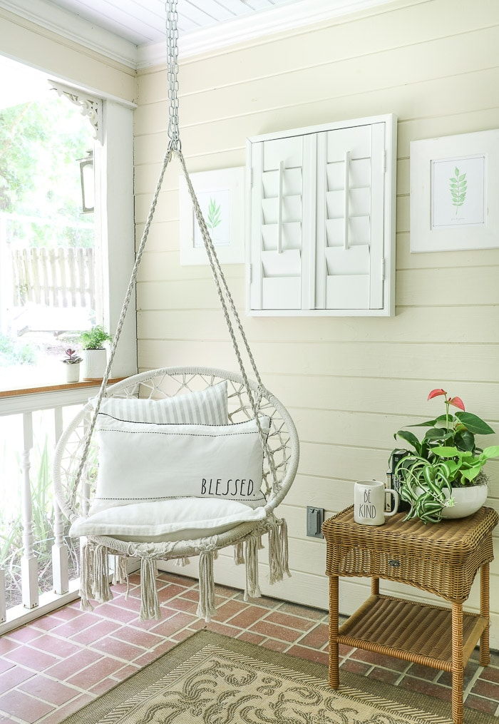 Screened in porch decorating ideas using accessories.