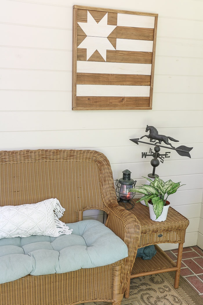 Screened in porch decorating ideas using art.