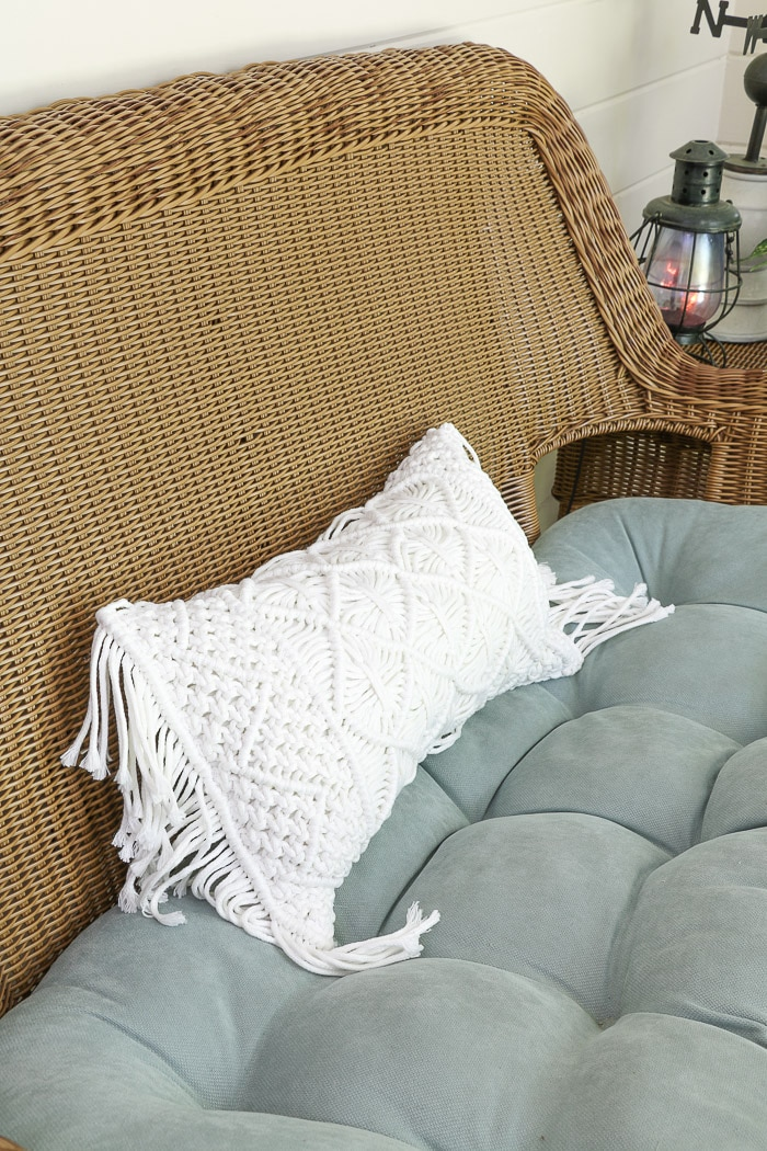 Screened in porch decorating ideas using pillows