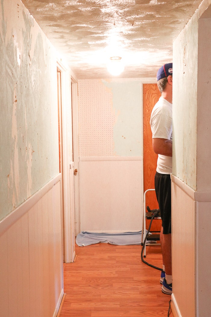 HOW TO REMOVE WALLPAPER WITH A STEAMER