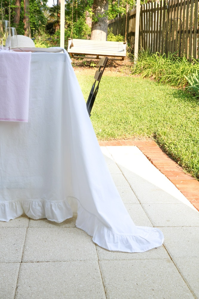 Garden party decoration ideas using white linen tablecloth, pink and white runner