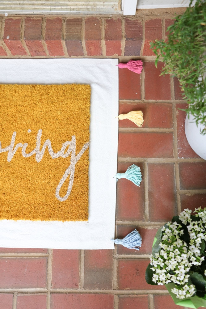 Spring front porch decorating ideas using layered rugs