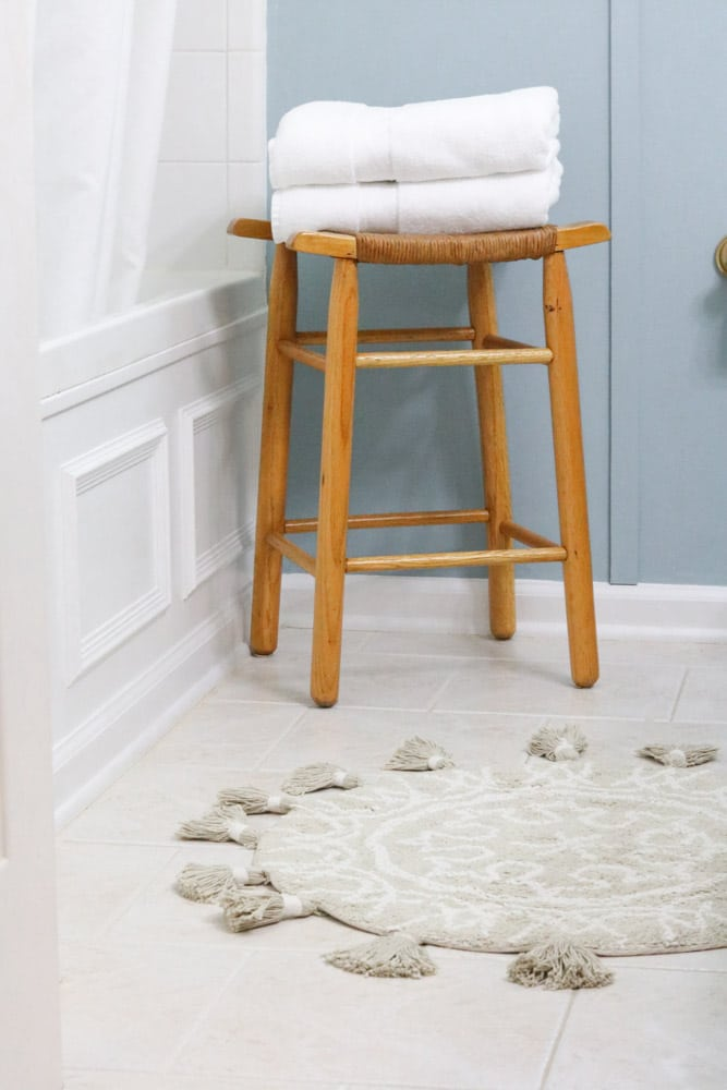 Round bath mat with tassels and goodwill bench