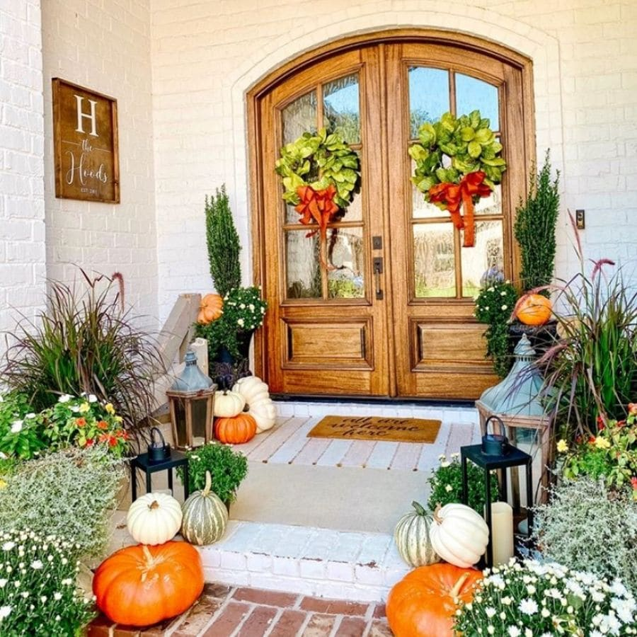 Another French front door decor with many pumpkins and a warm autumn feel.