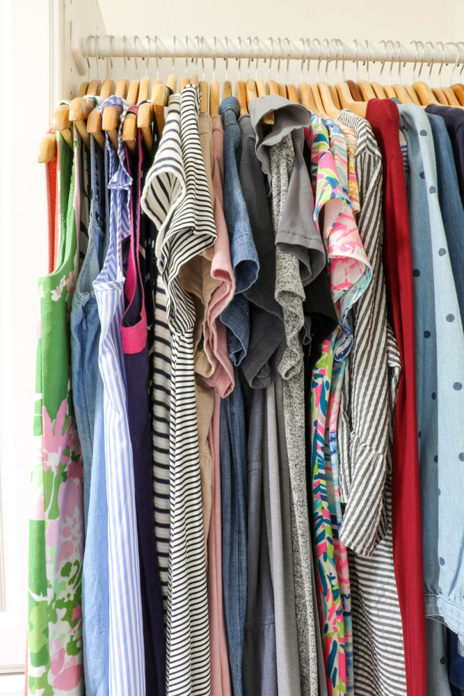 how to organize clothes by color